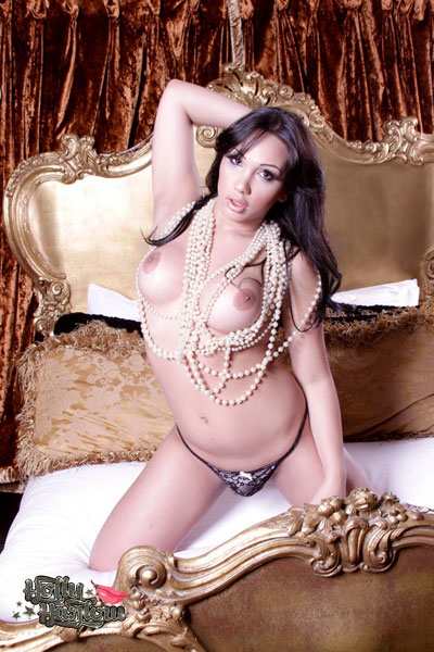 t british tgirl holly harlow 02 British Tgirl Holly Harlow Dripping With Pearls At Her Porn Site!